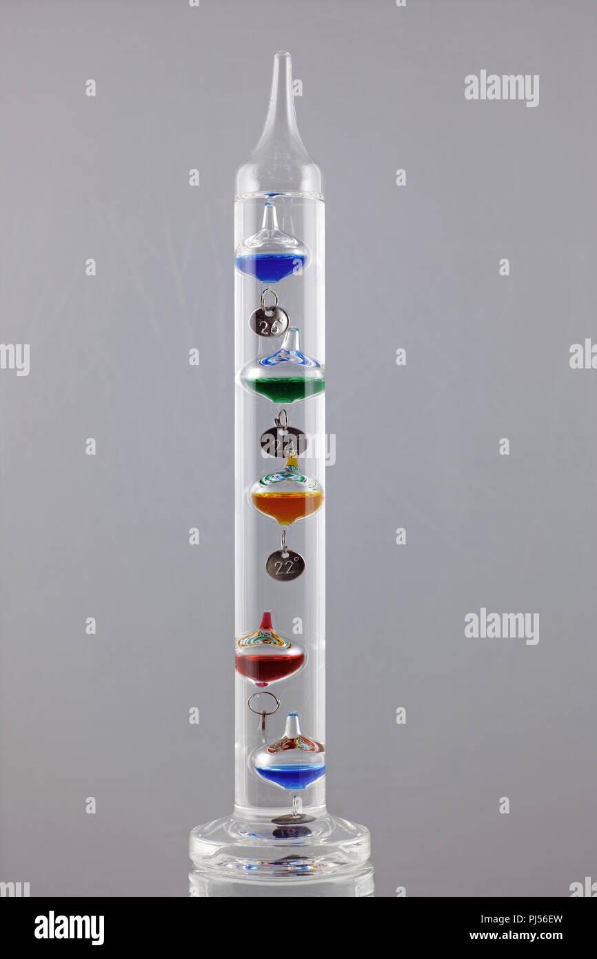 Un Termometro Galileiano Foto Stock Alamy Con il variare della temperatura fa salire o scendere le sfere di vetro calibrate. https www alamy it un termometro galileiano image217703105 html