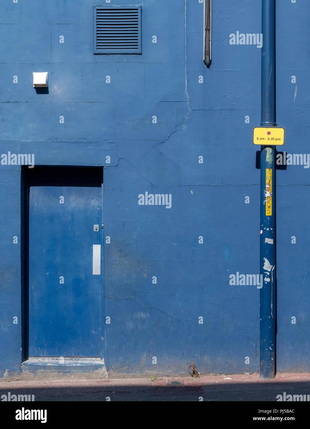 Porta blu e la parete su una casa sul Medway Street in Maidstone Kent Immagini Stock