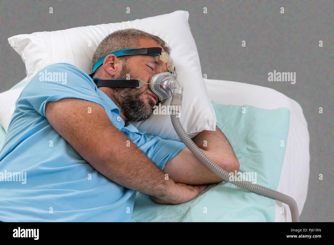 APNEA. Uomo con apnea nel sonno e macchina CPAP Immagini Stock