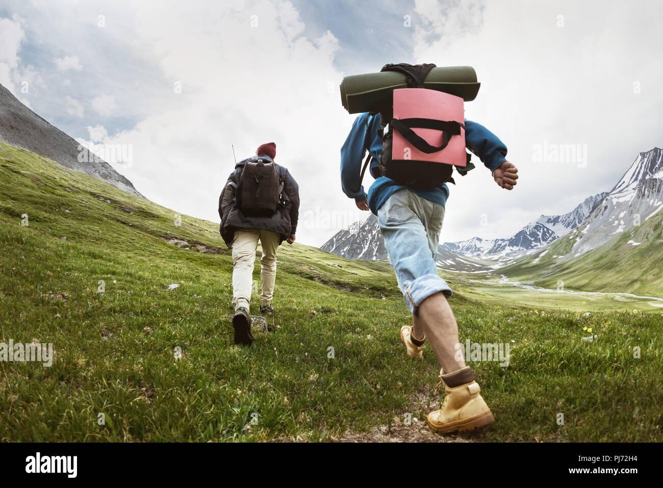 I turisti a percorso trekking in montagna Immagini Stock