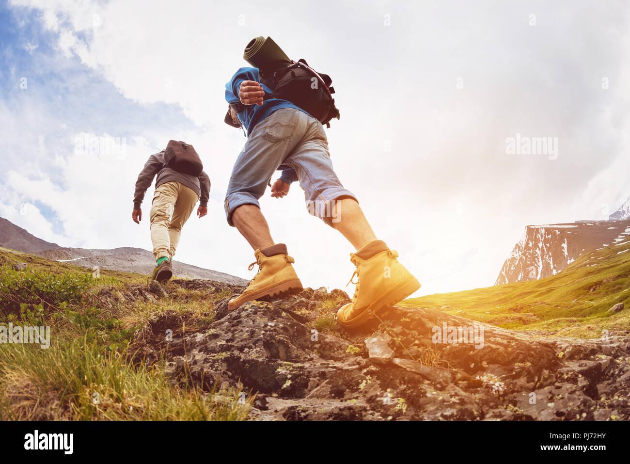 Concetto di trekking due turisti passeggiate sulle montagne Immagini Stock