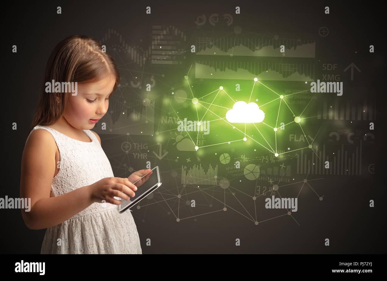 Adorabile ragazza che lavora su tablet con tecnologia cloud concept Immagini Stock
