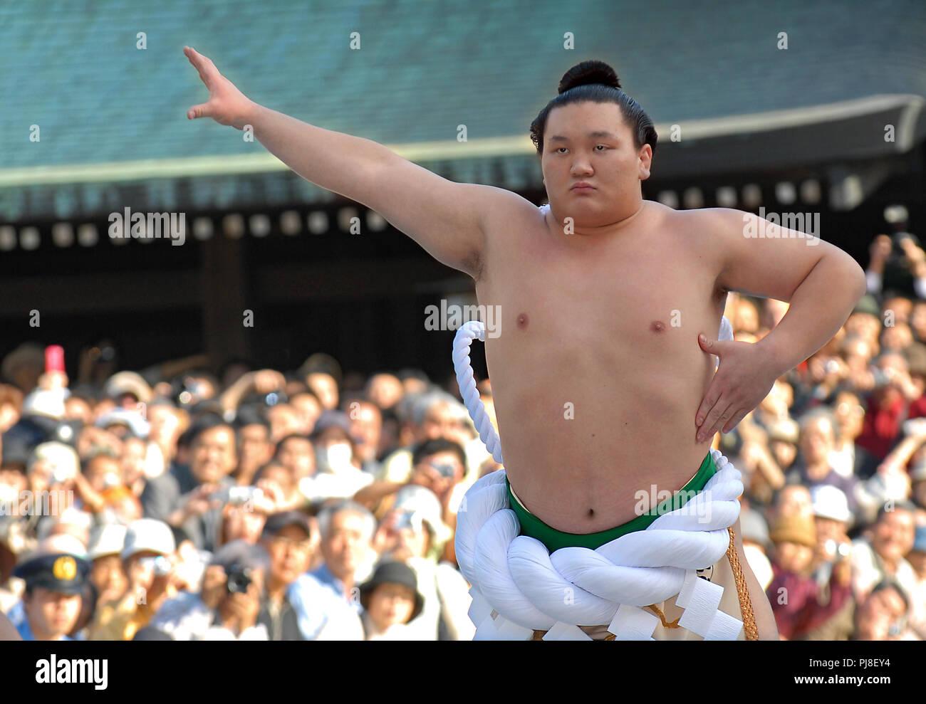 Mongolo lottatore di sumo Hakuho, indossando un grand champion cerimoniale cintura di corda, esegue un rituale cerimoniale per segnare la sua promozione al rango di yok Immagini Stock
