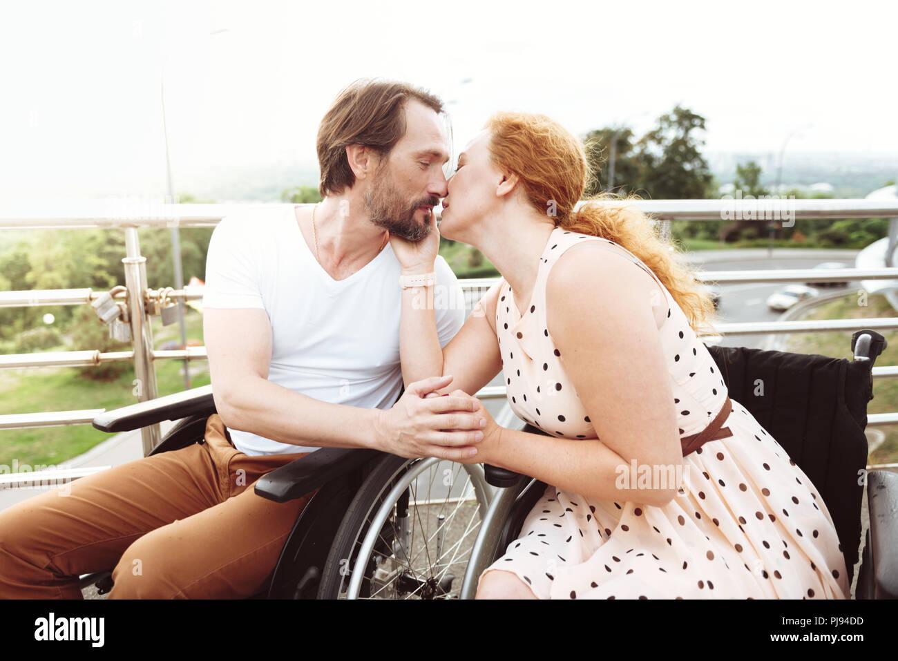 Armoniosa Coppia matura kissing all'aperto Immagini Stock
