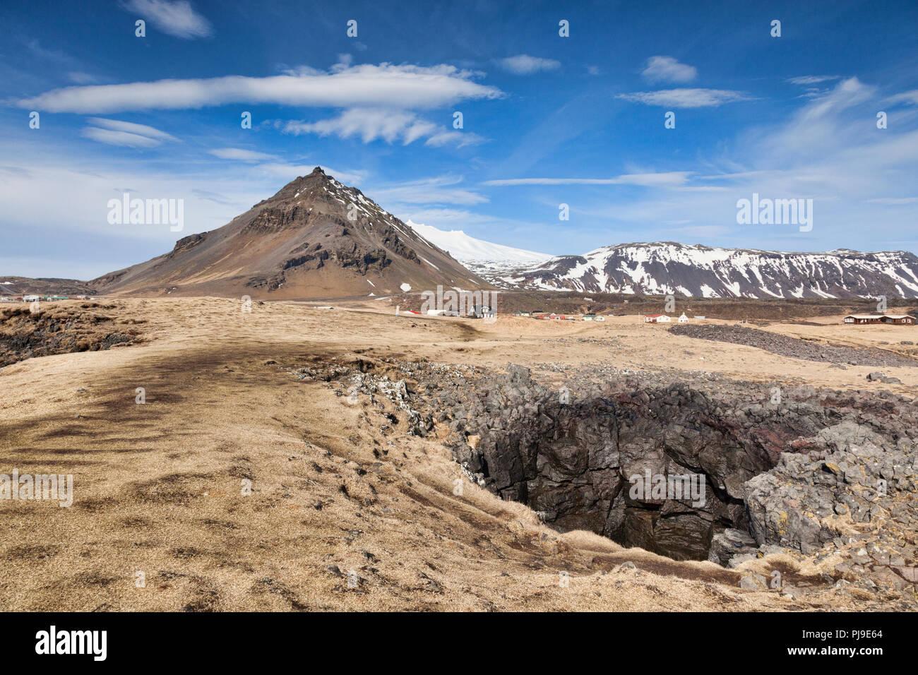 Un foro di sfiato e la montagna Stapafell al bellissimo villaggio di Arnarstapi, Snaefellsnes Peninsula, Islanda. Immagini Stock