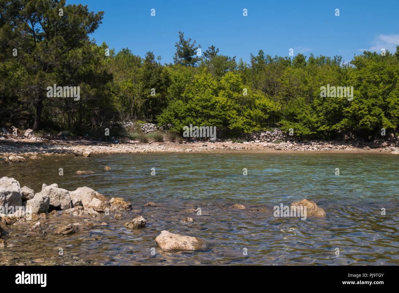 Pietra Verde Rivestimento : Grosse pietre sulla costa e nellacqua pulita e chiara del mare