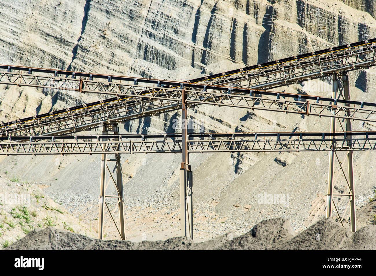 Camminamenti e nastri trasportatori in corrispondenza di una cava di ghiaia. Immagini Stock