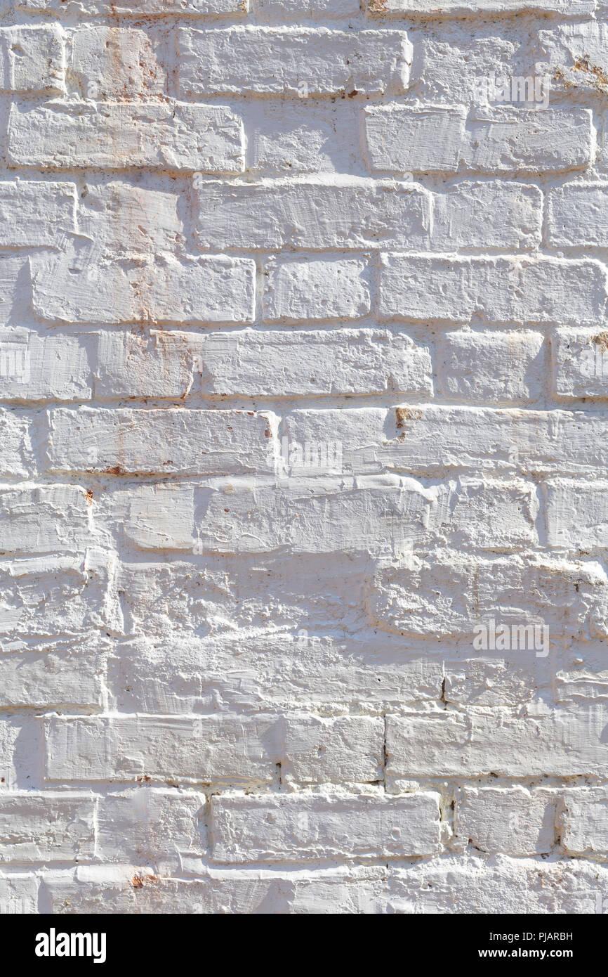 Dettaglio del vecchio muro di mattoni dipinto di bianco e addolorato, peeling e colorate. Ideale per gruppi grunge texture di sfondo Immagini Stock