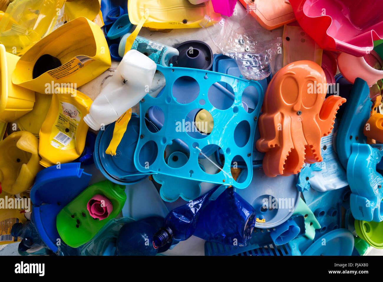 """Una raccolta di oggetti costruiti a partire da plastica sulla superficie di uno dei globi dal """"Cool Globes: Hot idee per un refrigeratore Planet"""" d'arte. Immagini Stock"""