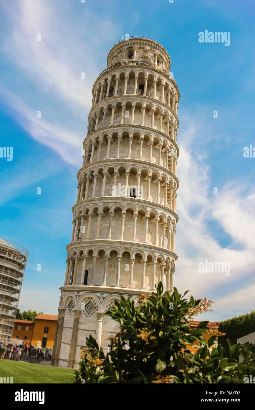 La torre pendente di Pisa in piazza del Duomo a Piazza del Duomo, un punto di riferimento architettonico freestanding campanile in Italia, Europa Immagini Stock