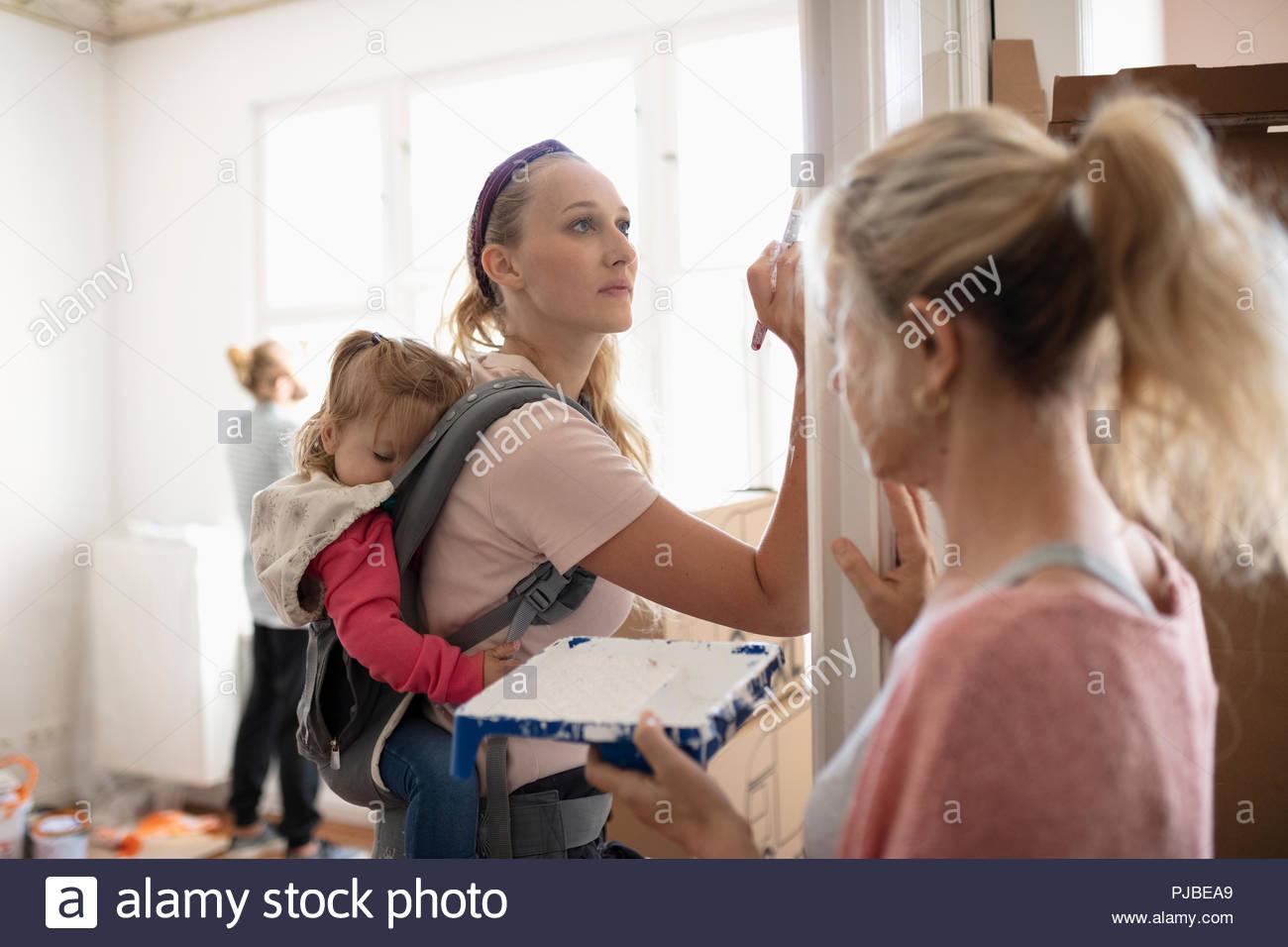 DIY pittura madre con bambino figlia in baby carrier Immagini Stock