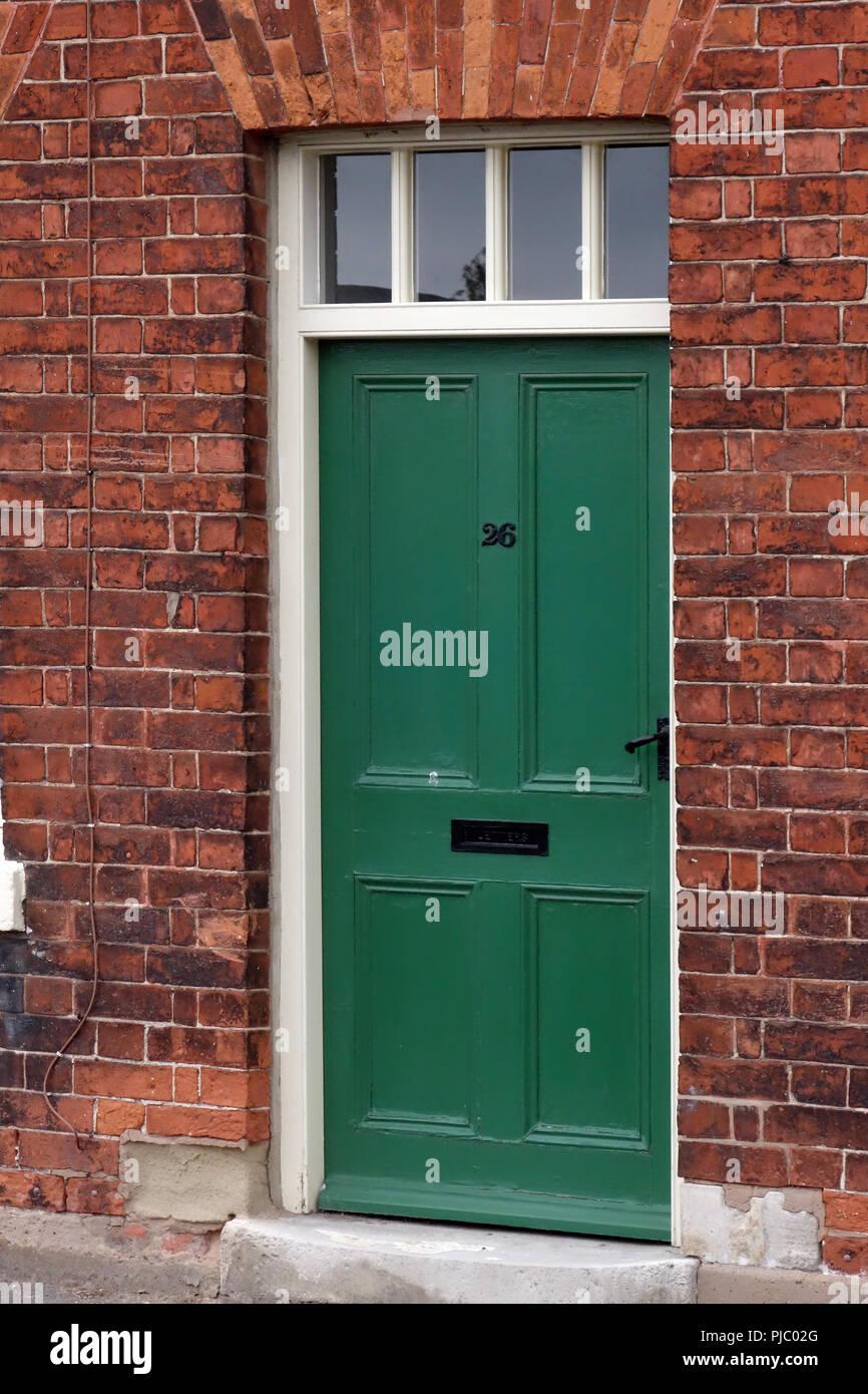 Casa porta anteriore in un bungalow a schiera a destra sulla strada in Bawtry, Immagini Stock