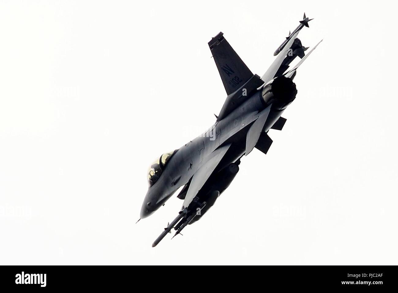 Un F-16C Fighting Falcon a partire dal trentunesimo Fighter Wing, 510th Fighter Squadron, la base aerea di Aviano, Italia vola sopra Royal Air Force Lakenheath, Inghilterra, 20 luglio 2018. Il 510th FS partecipano a un accordo bilaterale per l'evento di formazione per migliorare l'interoperabilità, mantenere la predisposizione comune e rassicurare i nostri regionali di alleati e partner. Foto Stock