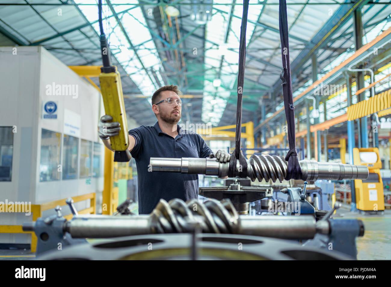 Ingegnere in parte mobile finito di parti di ingranaggio in fabbrica del cambio Immagini Stock