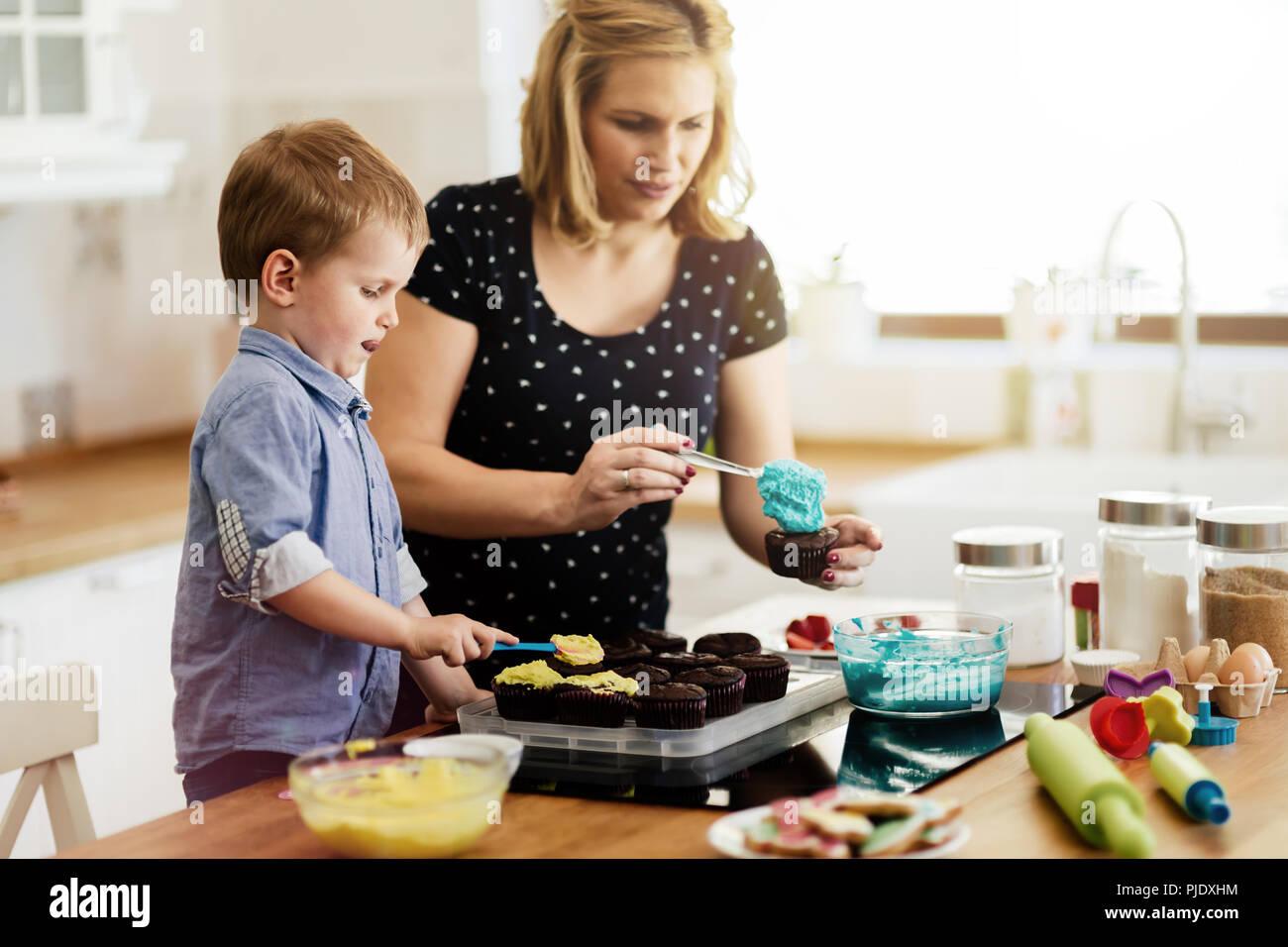 Bel bambino e la madre la cottura Immagini Stock
