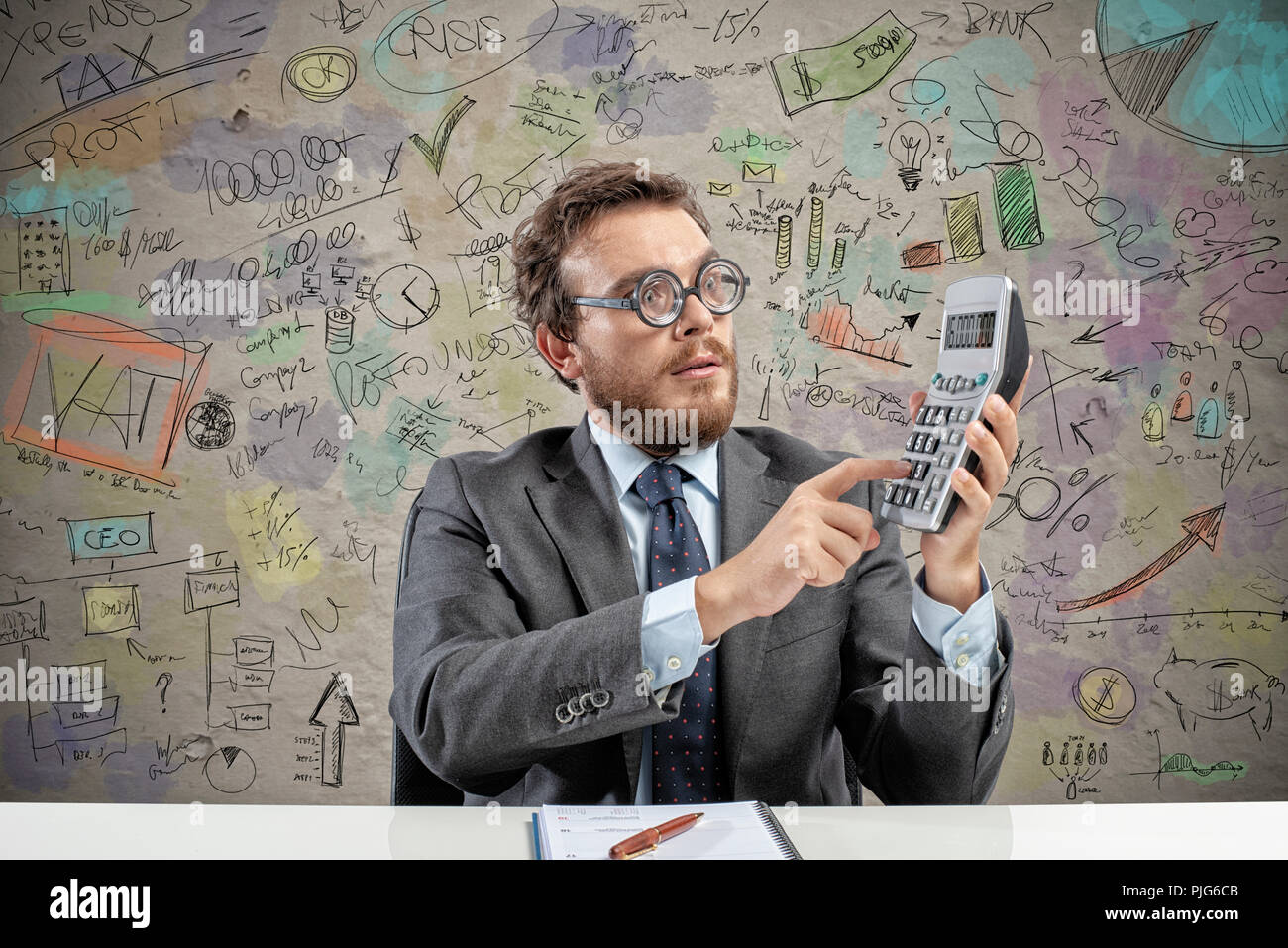 Nerd ragioniere fa il calcolo delle entrate di un'azienda Immagini Stock