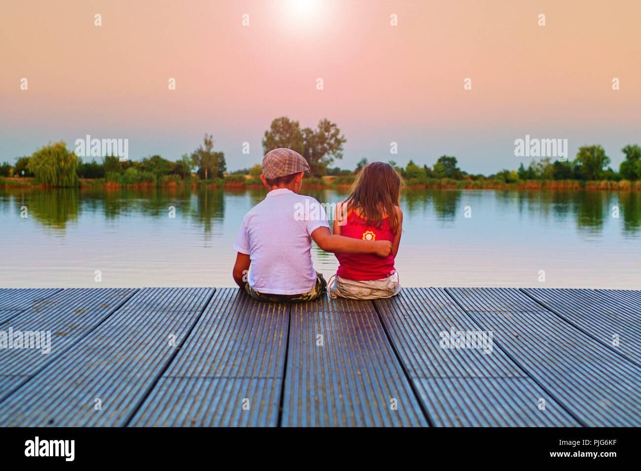 Ragazzo Dare Un Abbraccio La Sua Sorella Pi Piccola Amore Amicizia E Concetto Di Infanzia Bella Romantico Tramonto Foto