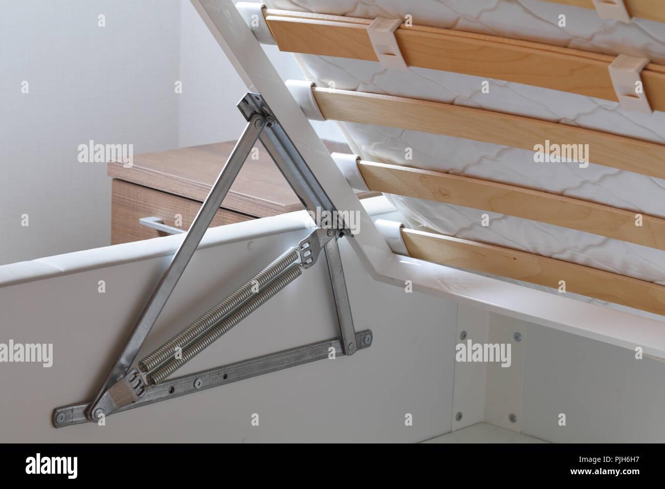 Letto di storage con alzò materasso closeup Immagini Stock