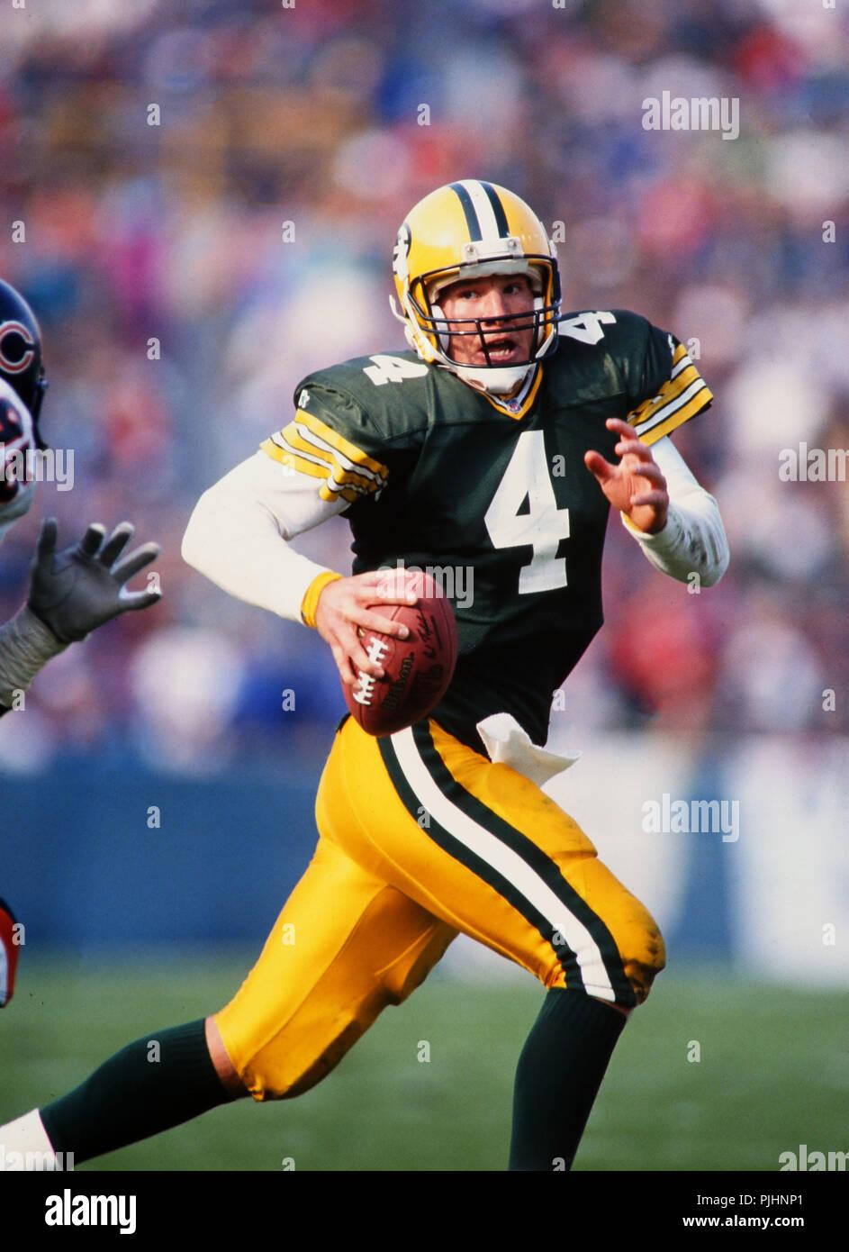 Green Bay Packers tutti i Pro NFL quarterback Brett Favre elude un orso di Chicago tackler durante un gioco in Green Bay nel 1999. Foto Stock