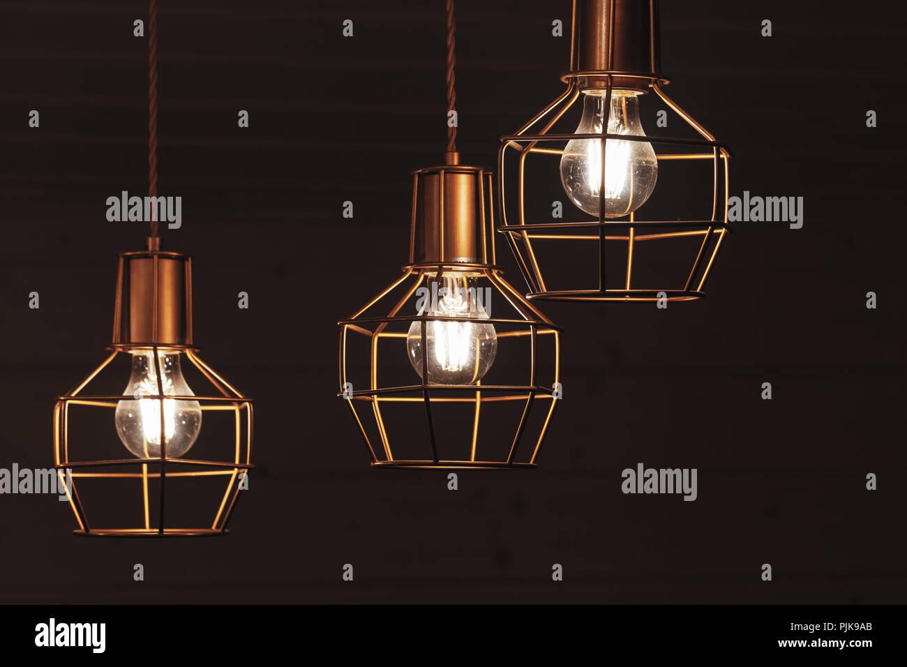 Lampadario con appesi a tre lampade a bulbo led giallo gli elementi