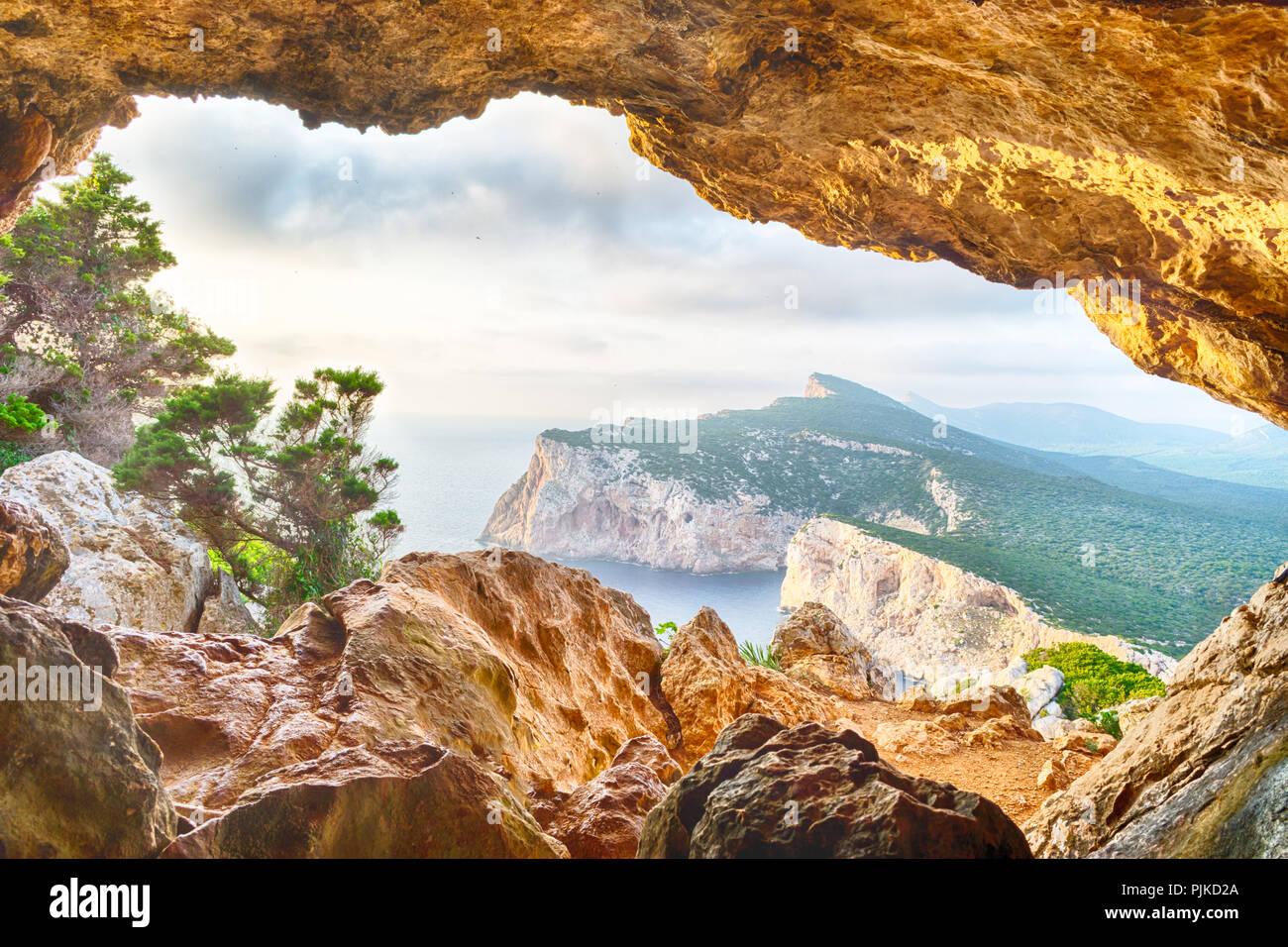 Paesaggio della costa sarda visto da vasi rotti grotta Immagini Stock
