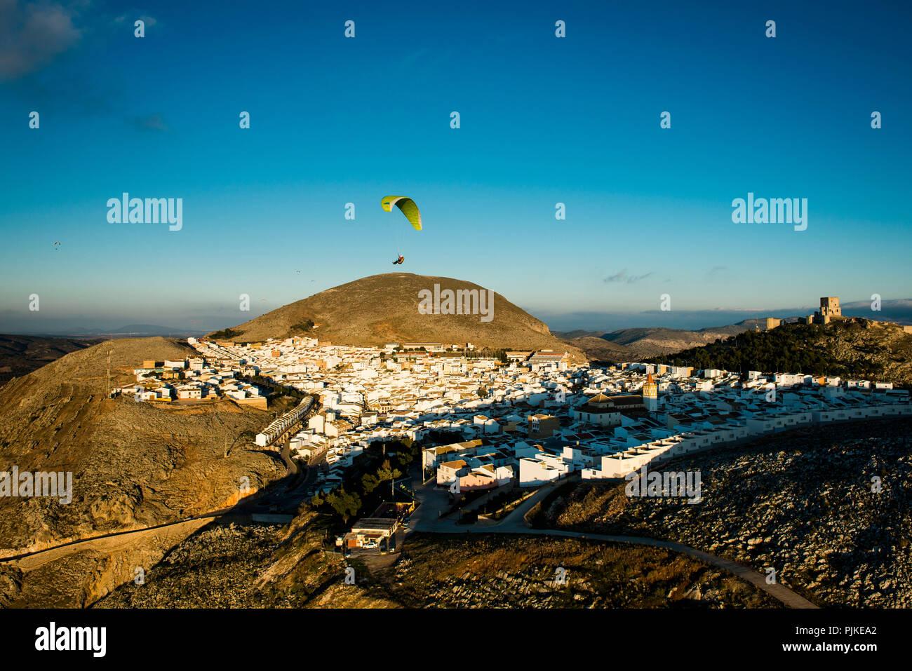 White città vecchia e il castello di Teba in Andalusia con il parapendio, vista aerea, provincia di Malaga, Spagna Immagini Stock