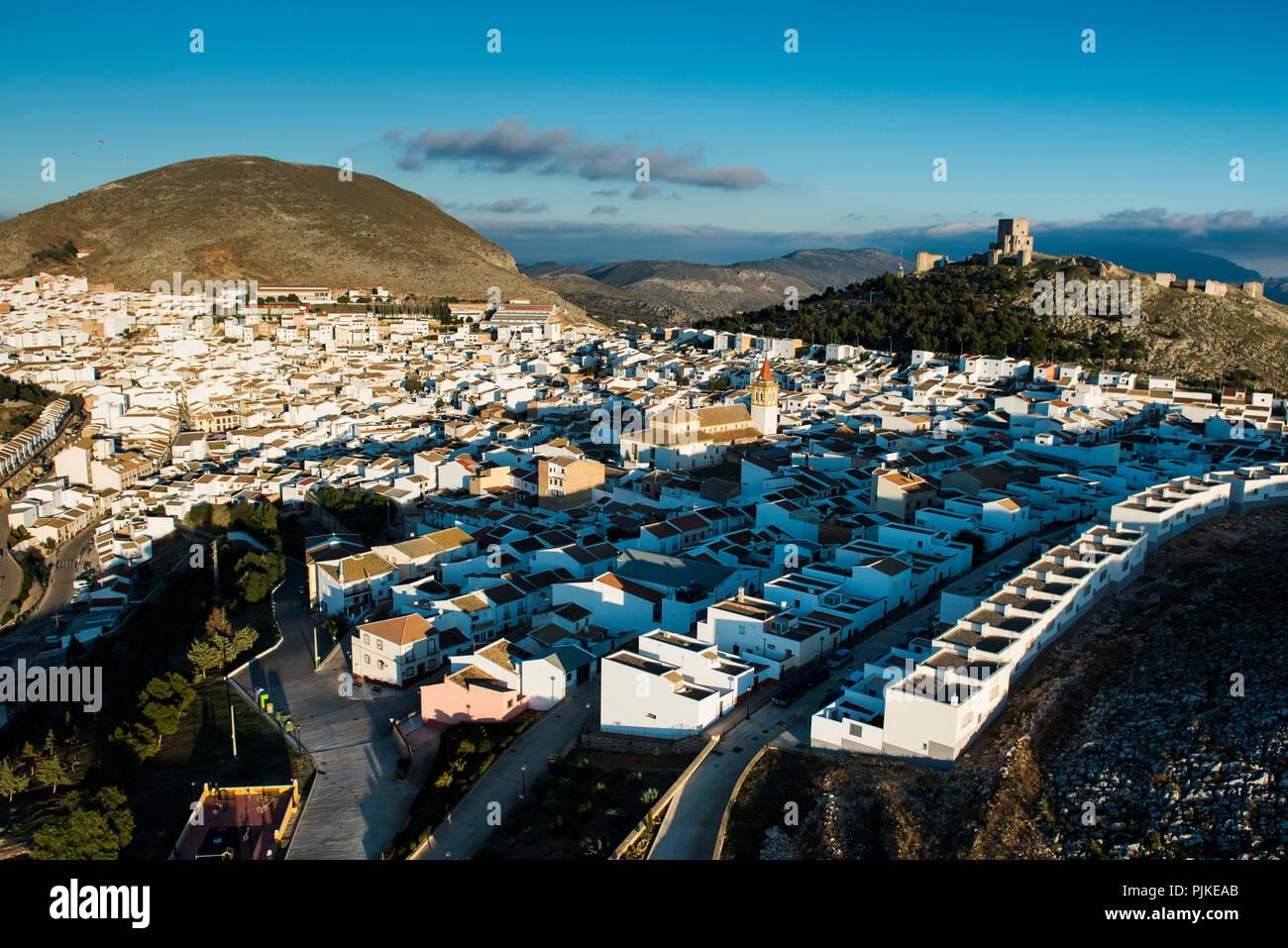 White Città Vecchia e il castello di Teba in Andalusia, vista aerea, provincia di Malaga, Spagna Immagini Stock