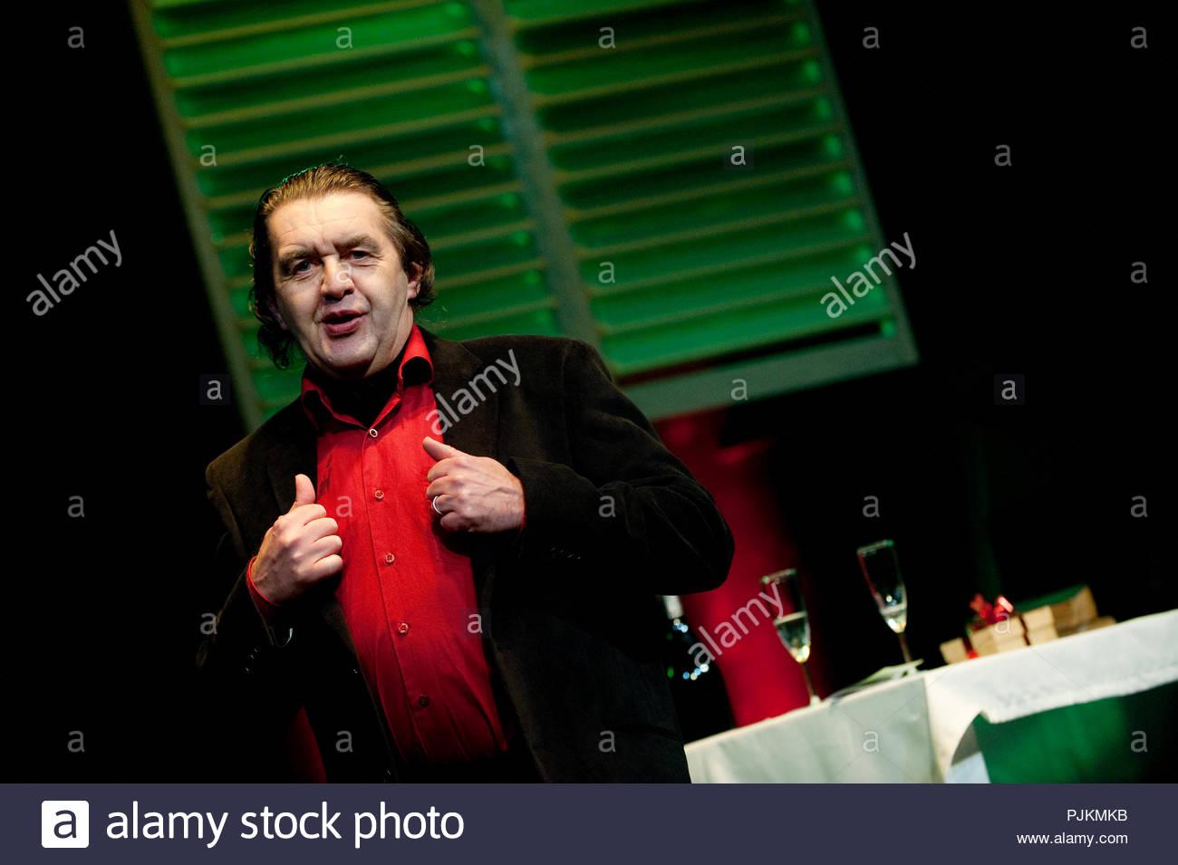 Theatre Company Toneel Heverlee giocando 'De inverno onder de tafel' da Roland Topor, diretto da Eva van Hoecke e Dirk Reynaerts (Belgio, 31/01/20 Immagini Stock
