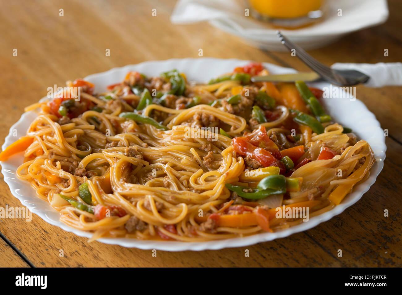Spaghetti alla Bolognese, Pasta servita al ristorante al Lago Mburo National Park, Safari Ristoranti, Uganda, Africa orientale Immagini Stock