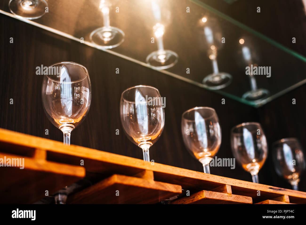 Bere bicchieri di vino ripiano nel ristorante con vetrina di