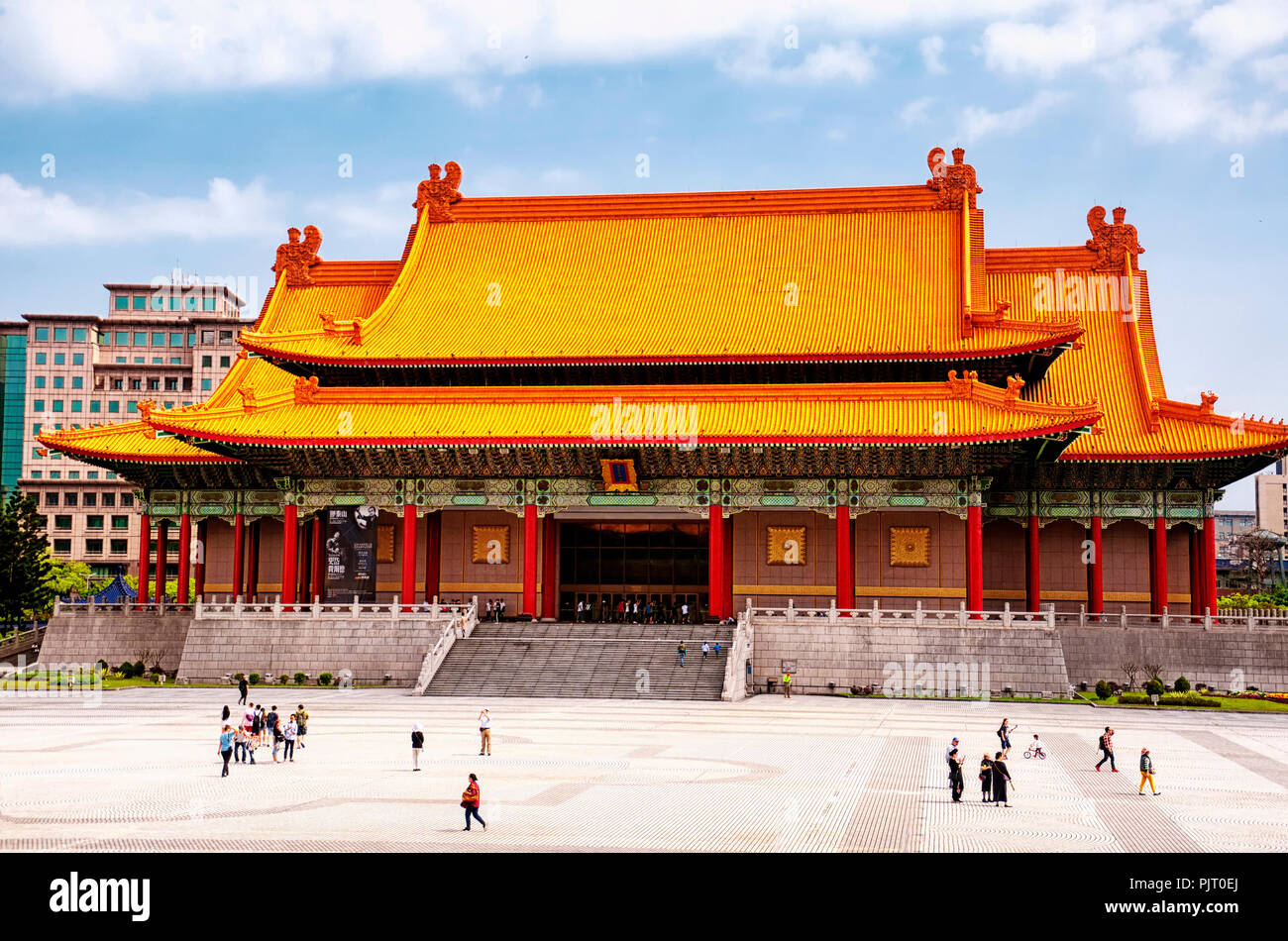 Marzo 31, 2018. Taipei, Taiwan. I turisti in visita a Piazza della libertà di fronte al national concert hall nella città di Taipei, Taiwan. Immagini Stock