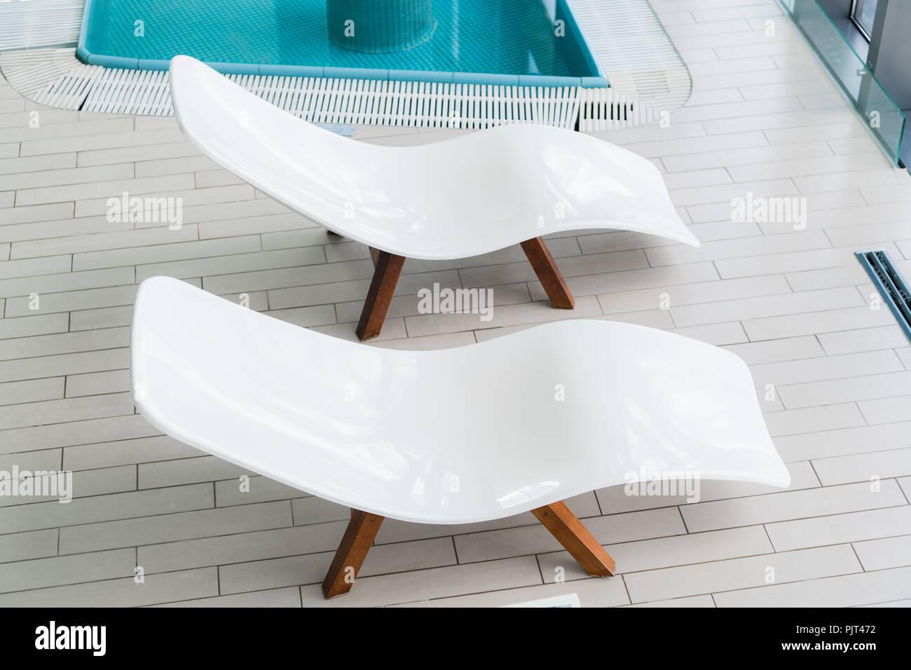 Sedie A Sdraio Per Interni.Vuote Due Poltrone Bianche All Interno Della Stanza Piastrellata