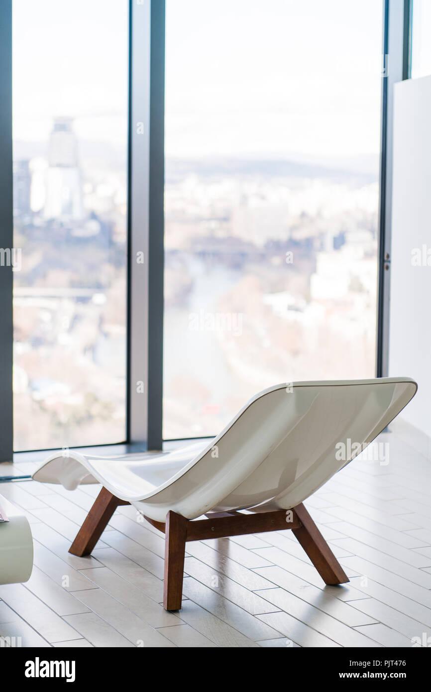 Sedie A Sdraio Per Interni.Bianco Vuoto Lounge Chair All Interno Della Stanza Piastrellata