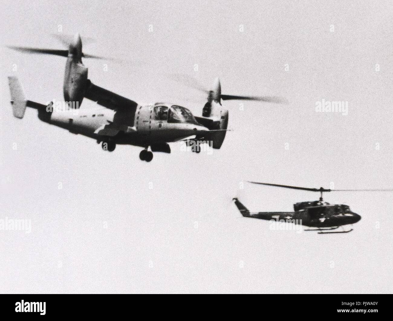Bell XV-15 in volo con US Navy UH-1N 1983. Foto Stock