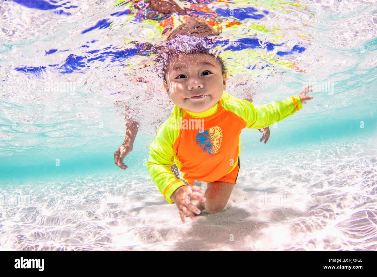 Baby nuoto in mare Immagini Stock
