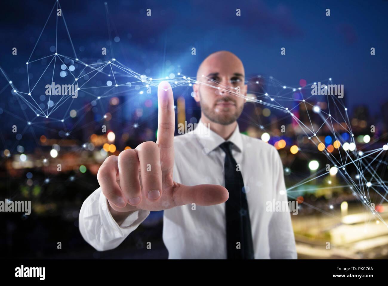 Imprenditore lavora con futuristico interfaccia internet Immagini Stock