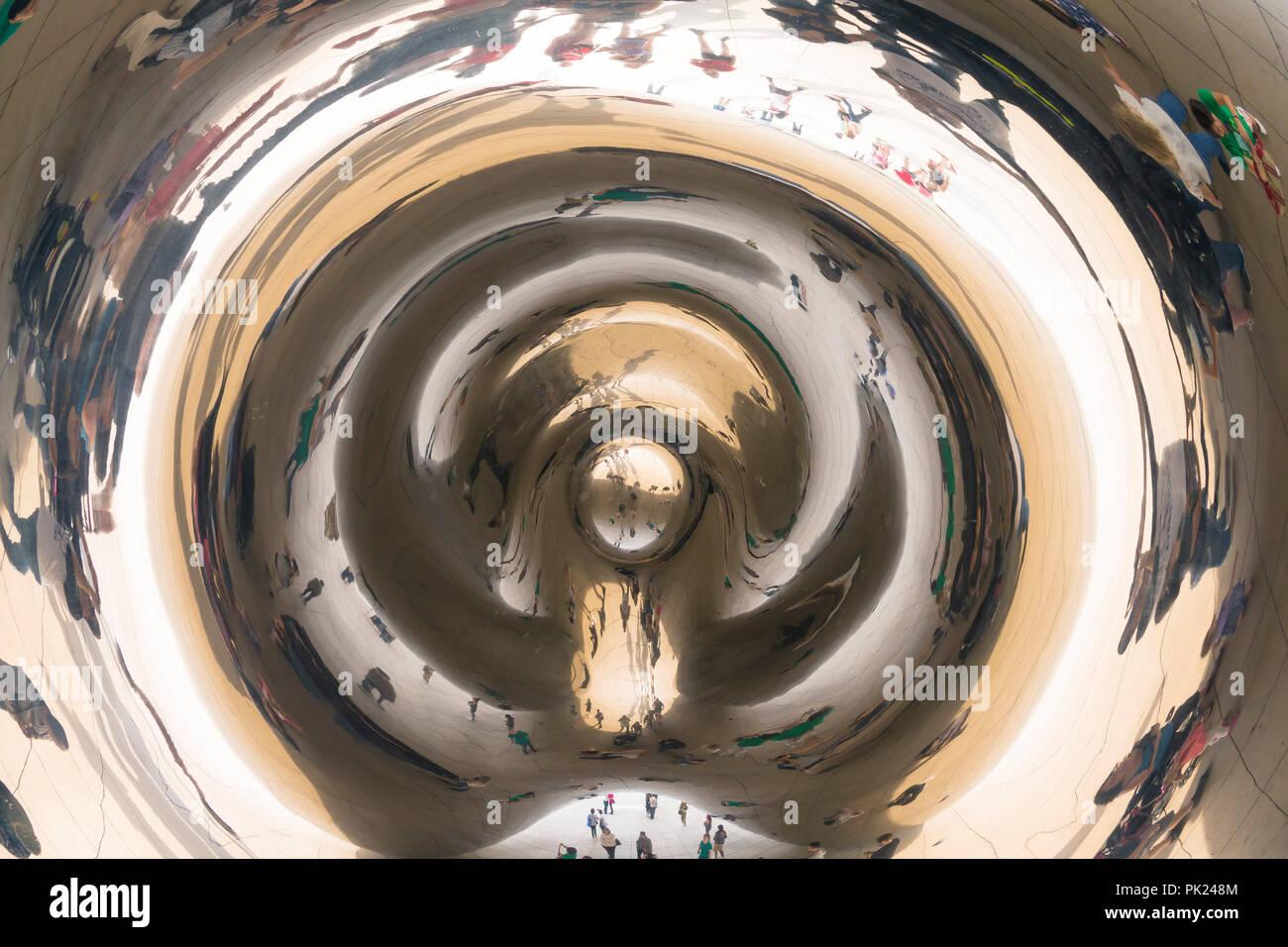 I visitatori e i turisti scattare foto di Cloud Gate, il fagiolo, Sir Anish Kapoor, Sculture pubbliche, Millennium Park Chicago City Centre, Illinois, Stati Uniti d'America Immagini Stock