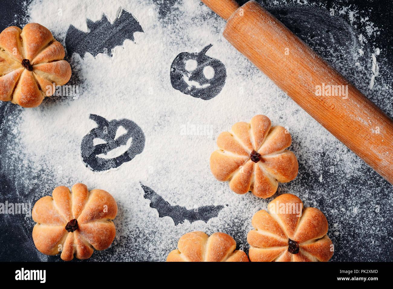 Torte fatte in casa a forma di zucca di Halloween e decorazioni su tavola. I 5a5b4b15e12c