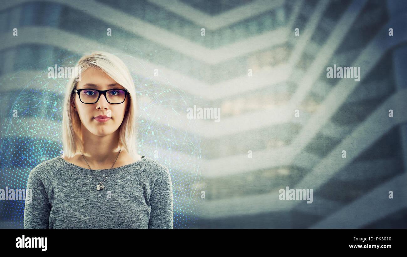 Giovane donna caucasica indossare occhiali folle emozione, poker face isolate su business futuristico sfondo con copia spazio. Intelligenza artificiale, Immagini Stock