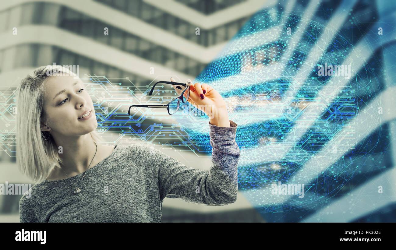 Guardano attraverso occhiali e vedere un nuovo mondo. Moderno tipo di occhiali, aggiornamento tecnologico, intelligenza artificiale concept futuristico. Modificare t Immagini Stock