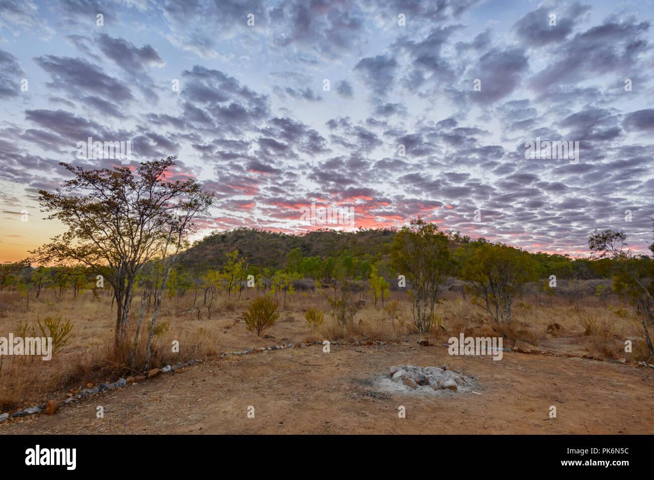 Cielo sgombro di Sunrise a Chillagoe, Queensland del Nord, QLD, Australia Immagini Stock