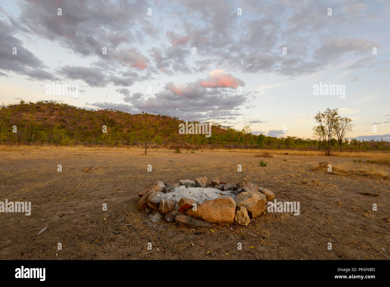 Anello di fuoco di accampamento presso Sunrise nell'Outback a Chillagoe, Queensland del Nord, QLD, Australia Immagini Stock