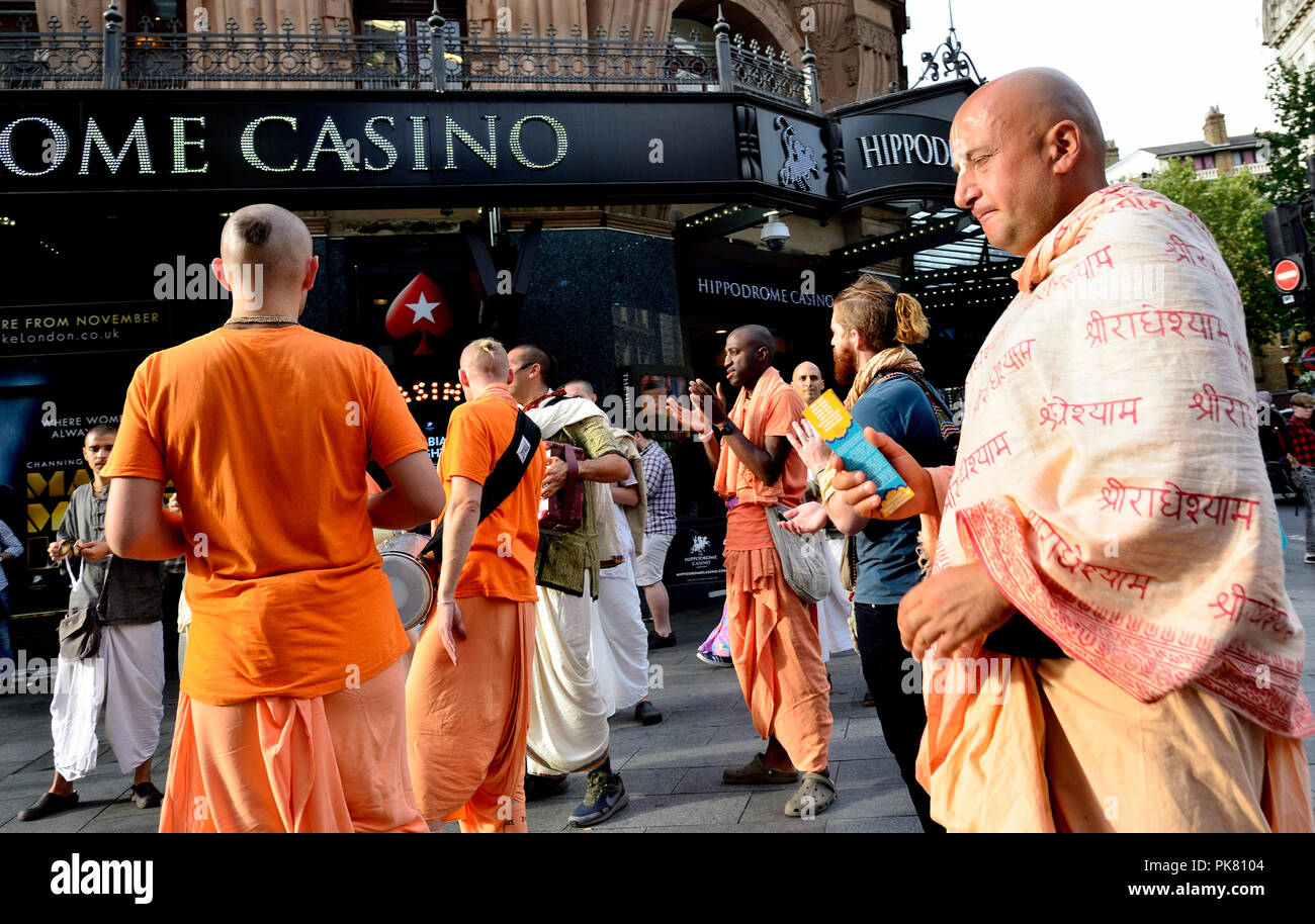Hare Krishna seguaci in Cranbourne Street (Leicester Square) Londra, Inghilterra, Regno Unito. Immagini Stock