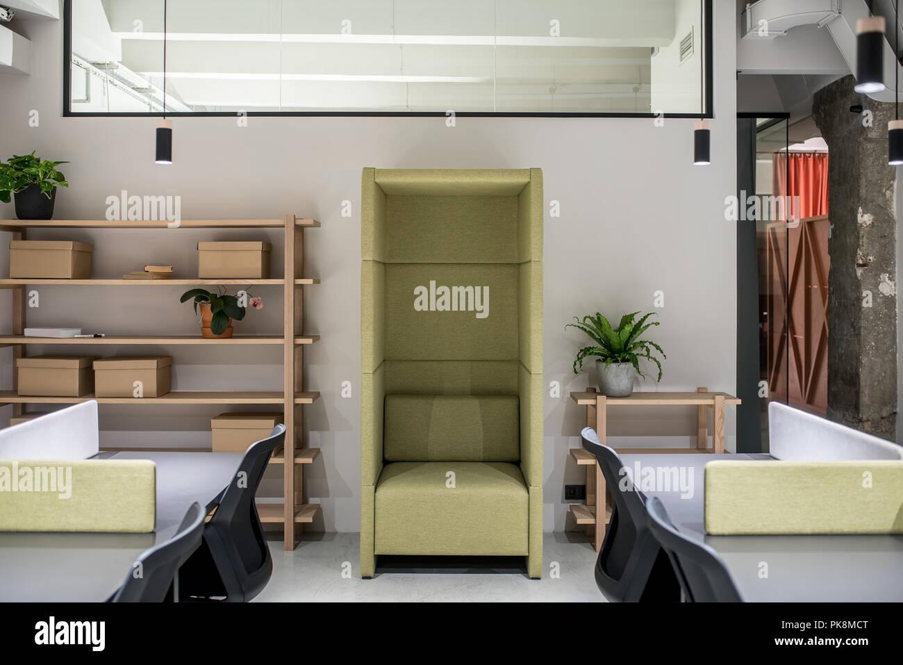 Ufficio Confortevole In Stile Loft Con Pareti Chiare Ci Sono