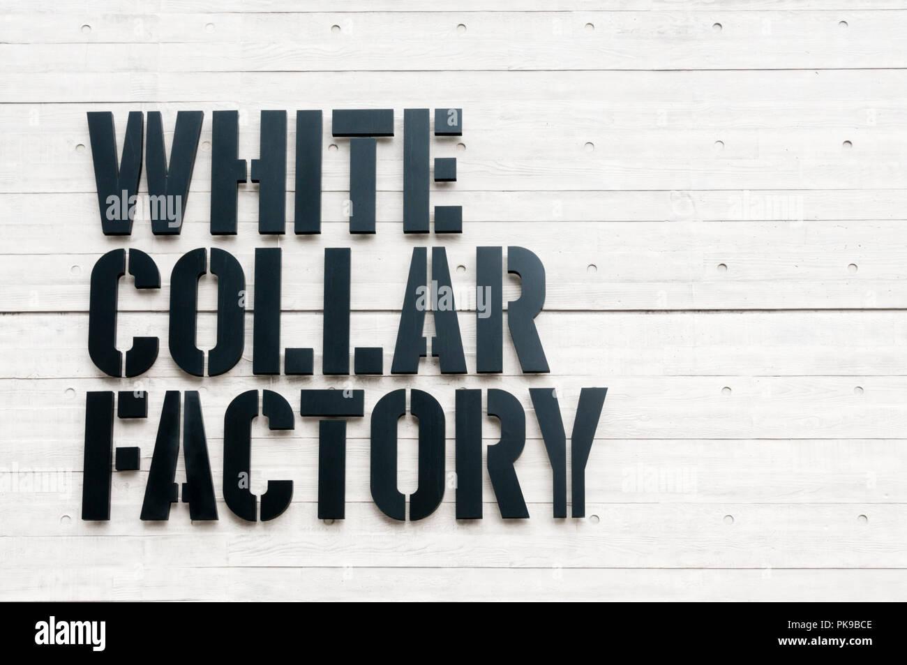 Segno sul lato del collare bianco fabbrica presso la vecchia strada rotonda, Londra. Immagini Stock