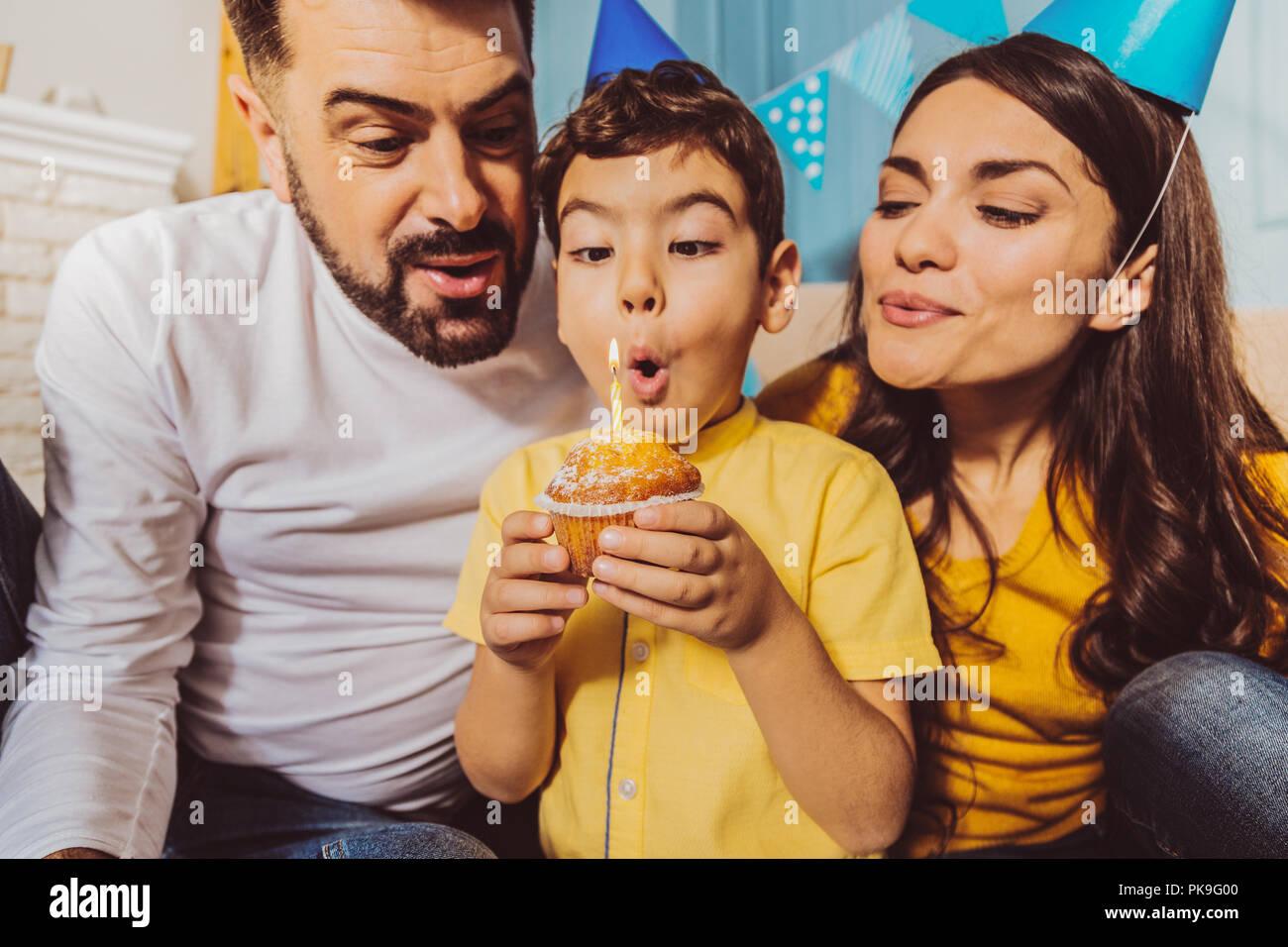 Vigorosa jolly famiglia avente festa di compleanno Immagini Stock