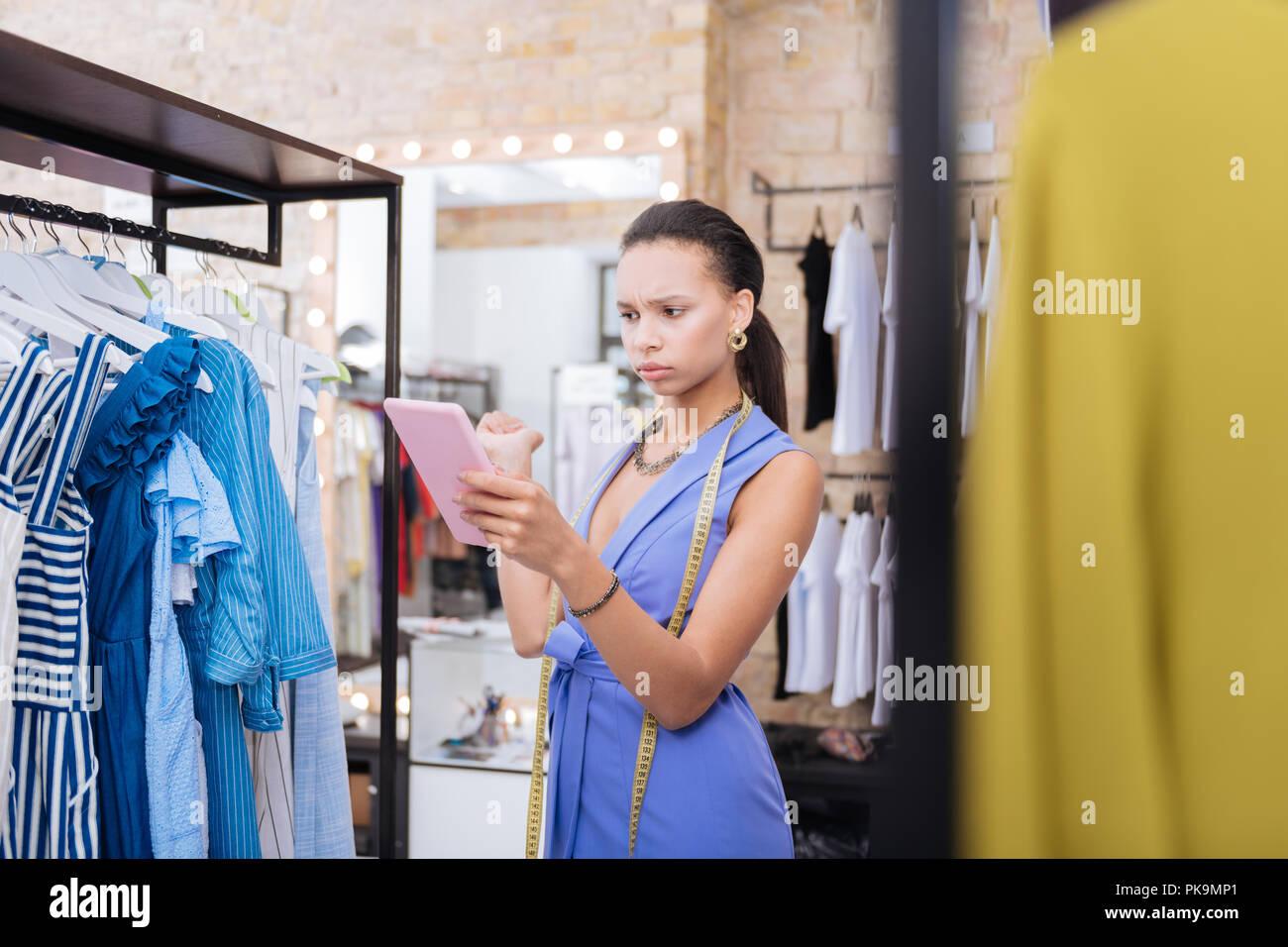 Allarmato femmina assistente di vendita per scoprire l'imprecisione Immagini Stock