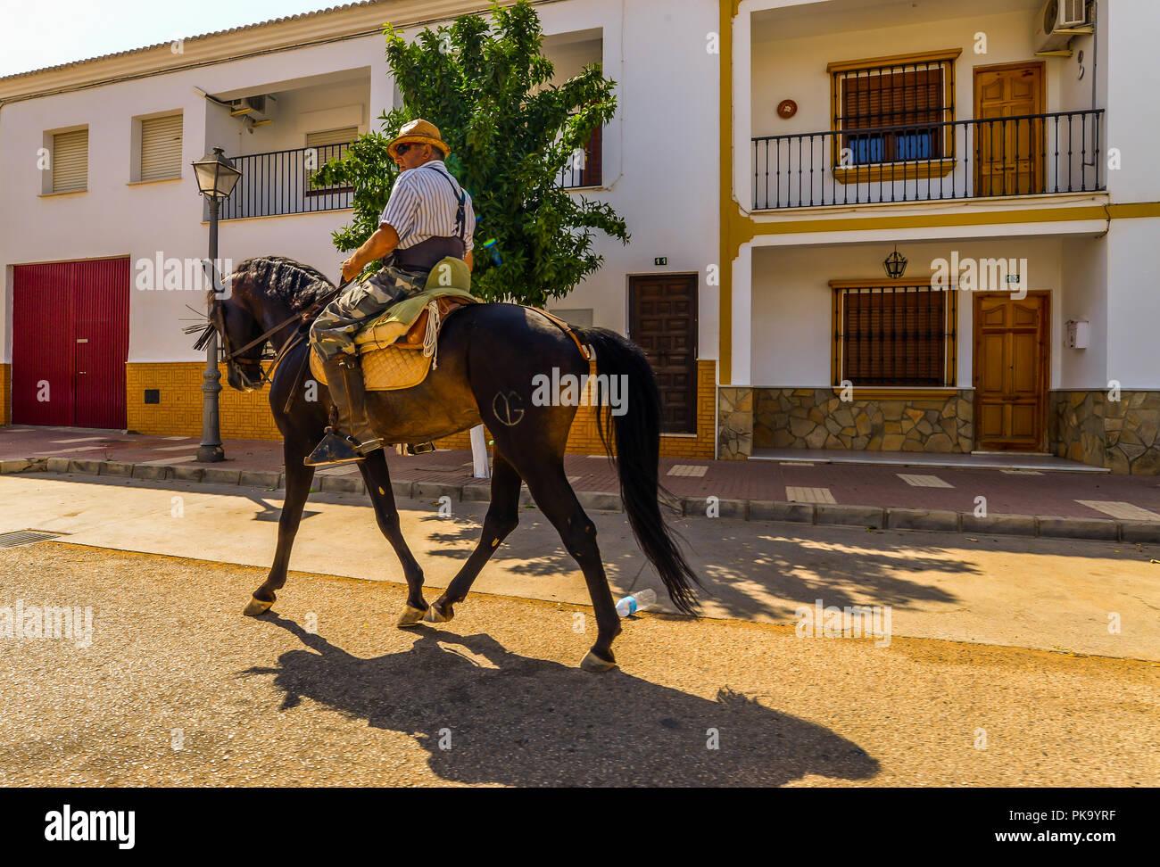 Fuente de Piedra/Spagna - 20/08/18 - un uomo che viaggia attraverso un villaggio andaluso Immagini Stock