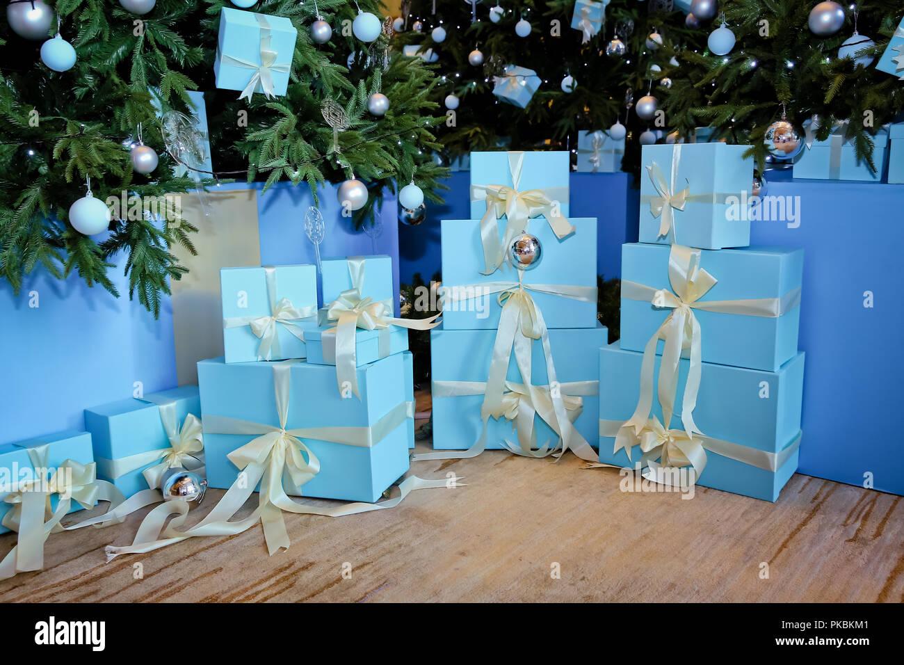 Decorazioni Sala Capodanno : Verde nuovo anno albero decorata sala di natale con belle abete