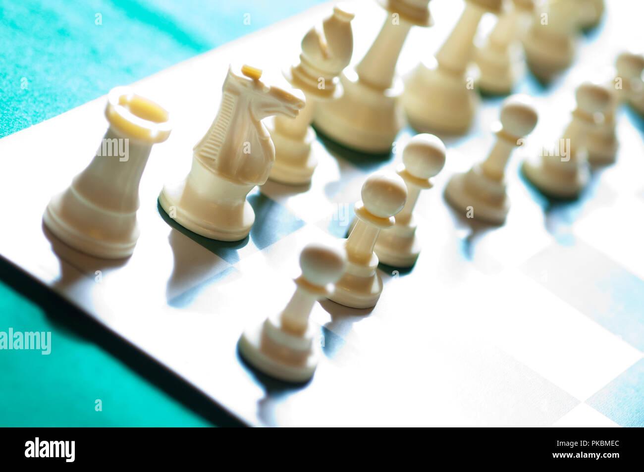 Pezzi di scacchi sulla scacchiera Immagini Stock